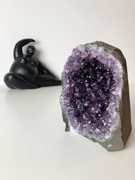 Ametistgrotta från uruguay, unik kristallgrotta, starkt beskyddande