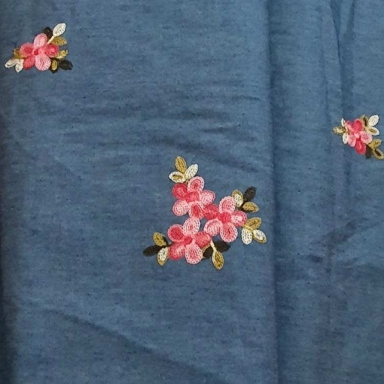 Jeanstyg med rosa blommor