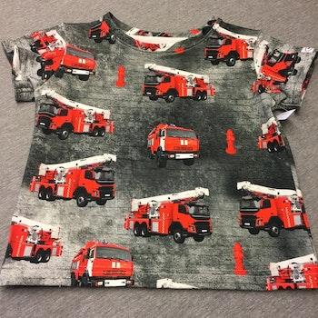 502 T-shirts  Röd brandbil på gråsvart botten