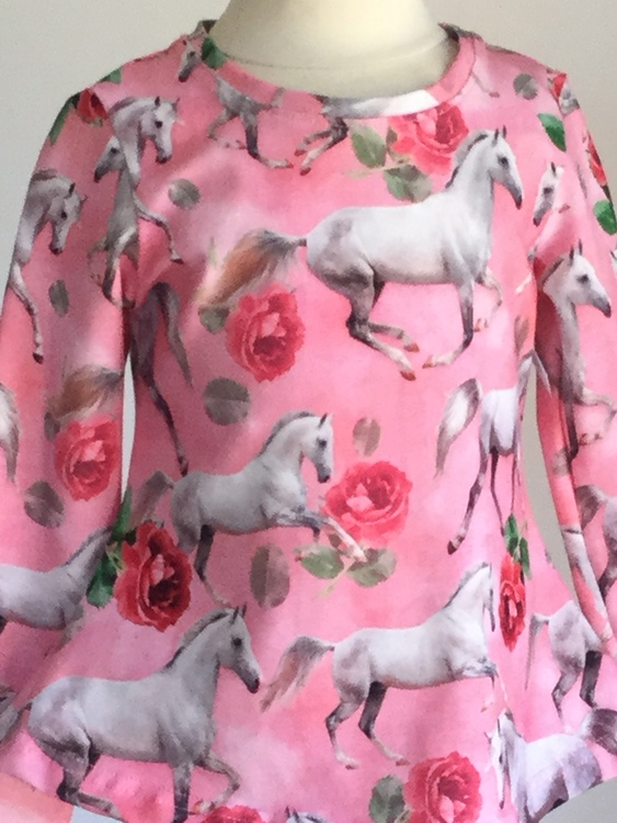 203 Tunika Häst och rosor på rosa botten
