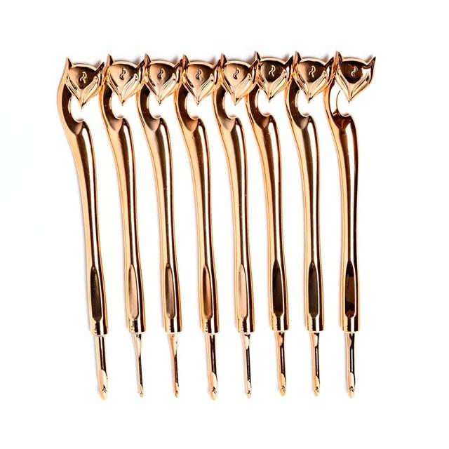 Set med 8st virknålar i Rose Gold-look.