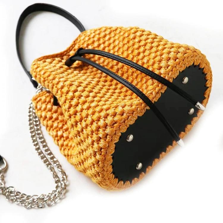 Set med väskbotten, axelrem, handtag och dragsko i konstläder.