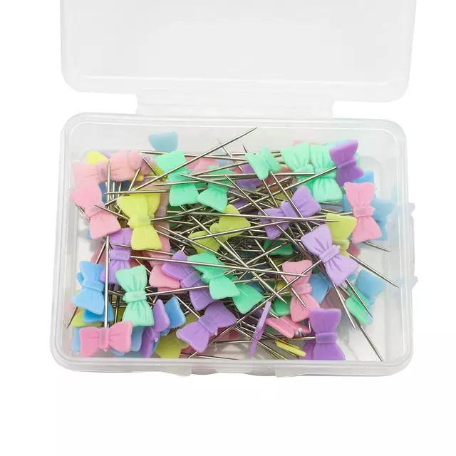 Söta knappnålar i pastellfärger. Finns i 4 utförande. 50 st i en ask.