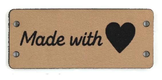 """Etiketter i konstläder (PU-läder) - """"Made with love (hjärta)"""" 10 st/förp. Välj mellan brun eller vit.."""