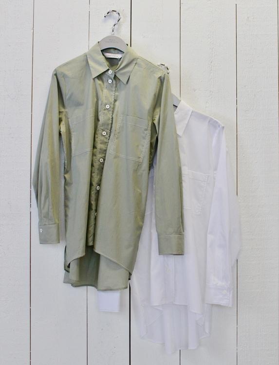 Vit tunn storskjorta från Max Wolmary, finns även i sävgrön