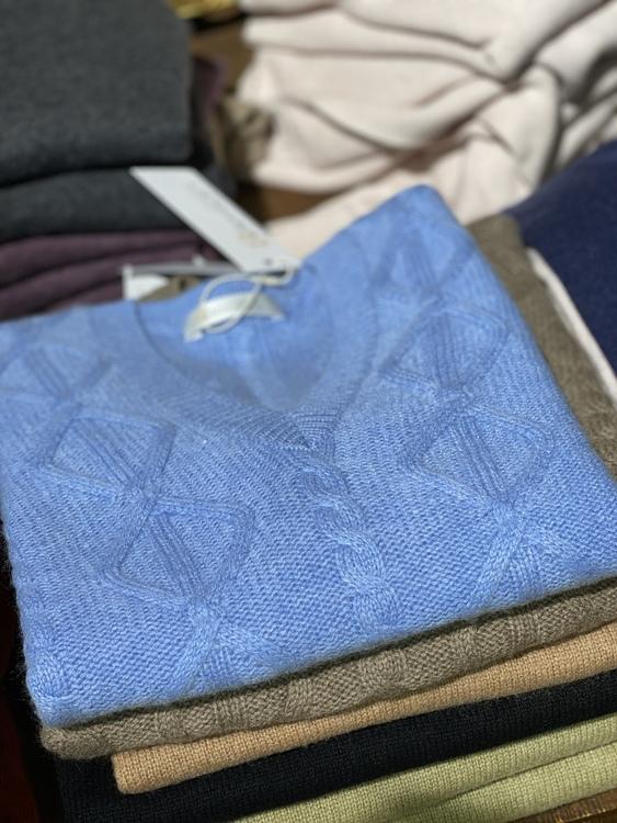 Flätad stickad slipover-väst från 8design, finns i 2 färger