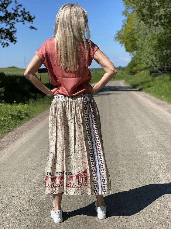 Kjol med gummiband i midjan, finns i 3 varianter