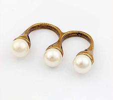 Dubbelring med vita pärlor