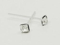 Näspiercing med fyrkantig kristall