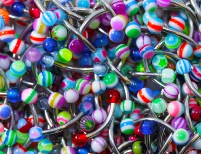 Ögonbrynspiercing med bollar i olika färger