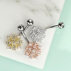 Navelpiercing med ädelstenar och ornament