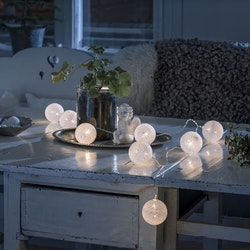 Konstsmide, 1,8m ljusslinga, 10st garnbollar, Batteri, Vit