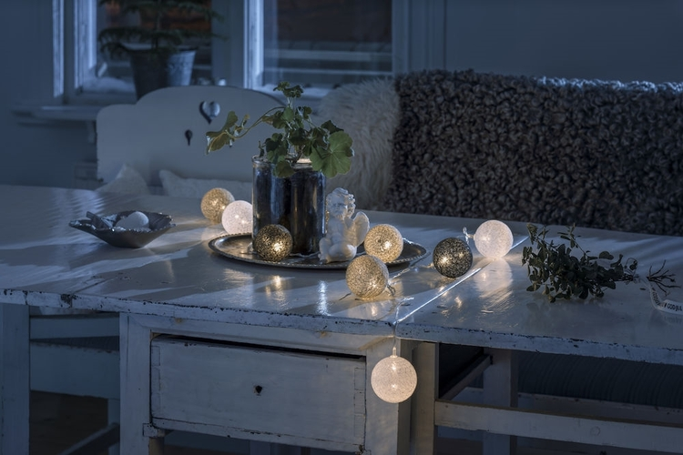 Konstsmide, 1,8m ljusslinga, 10st garnbollar, Batteri, Vit/Grå/Svart