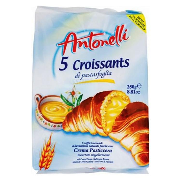Croissant fyllda med grädde produceras i ugn och svalnar naturligt.