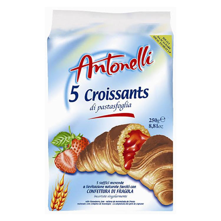 Croissant med jordgubbskräm fyllning produceras i ugn och svalnar naturligt.