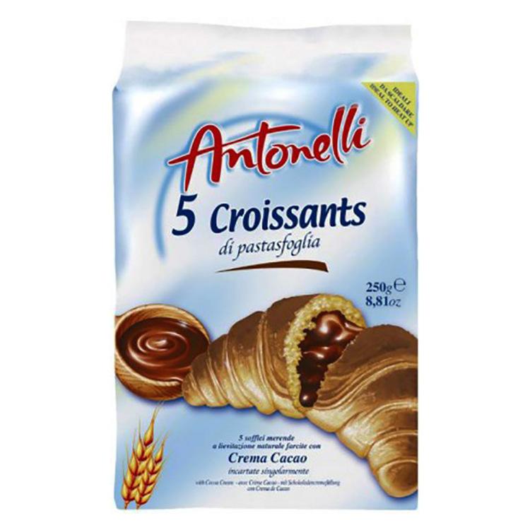 Croissant med kakaokräm fyllning produceras i ugn och svalnar naturligt.