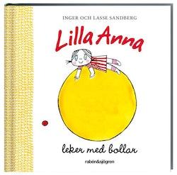 Lilla Anna leker med bollar