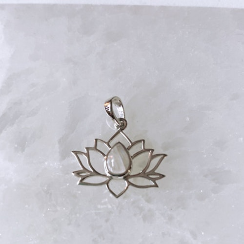 Lotusblomma med Månsten, hänge i sterlingsilver 925