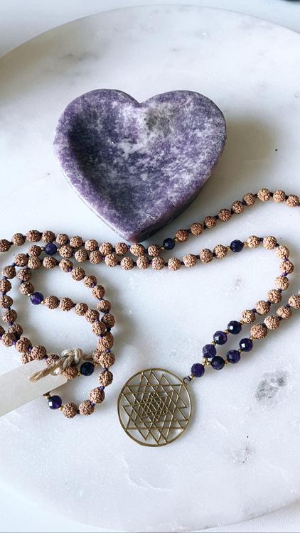 Sri Yantra halsband med Ametist & Rudraksha
