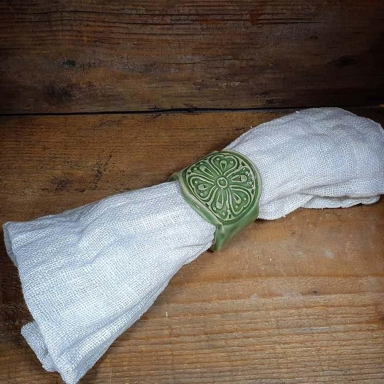 Grön servettring, kavlad med stämpel