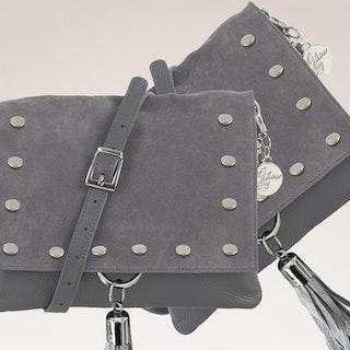 Axelväska mocka och skinn grå med tofs nitar Ulrika Design