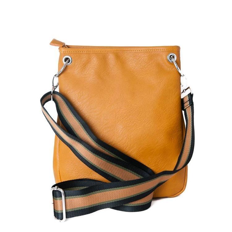Praktiskt liten axelväska i senapsfärg gul med justerbar axelrem.  Axelremmen har ett underbart randigt mönster i matchande färg till väskan. Väskan är rymlig trots sin litenhet. Detaljer i silverfärg