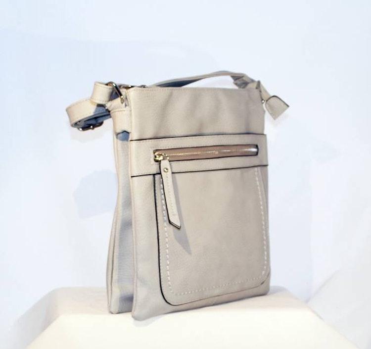 Axelväska platt grå pu-läder