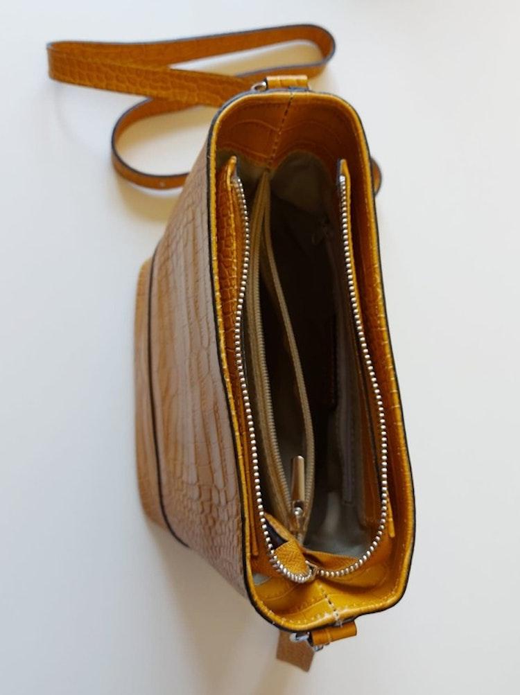 Axelväska skinn krokodilmönster gul Ulrika Design