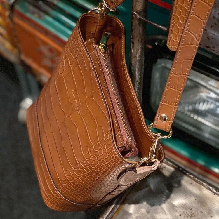 Axelväska Ulrika Design skinn croco taupe brun