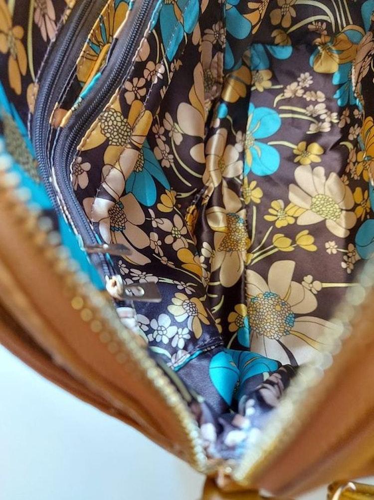 Handväska med axelrem gul halvmåne Ulrika Design blommig insida