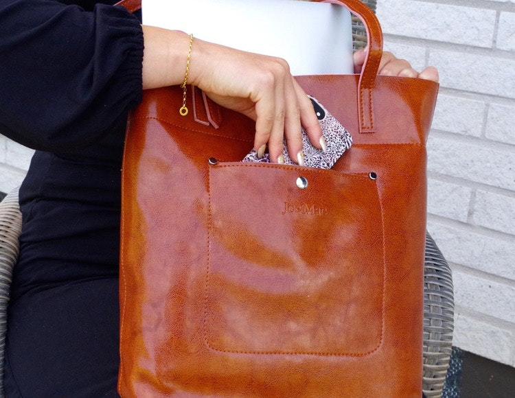Axelväska i brunt skinn med långa handtag