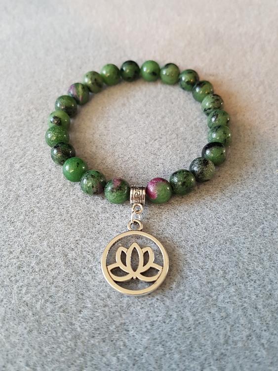 Rubin i zoisitt med lotusblomst charms