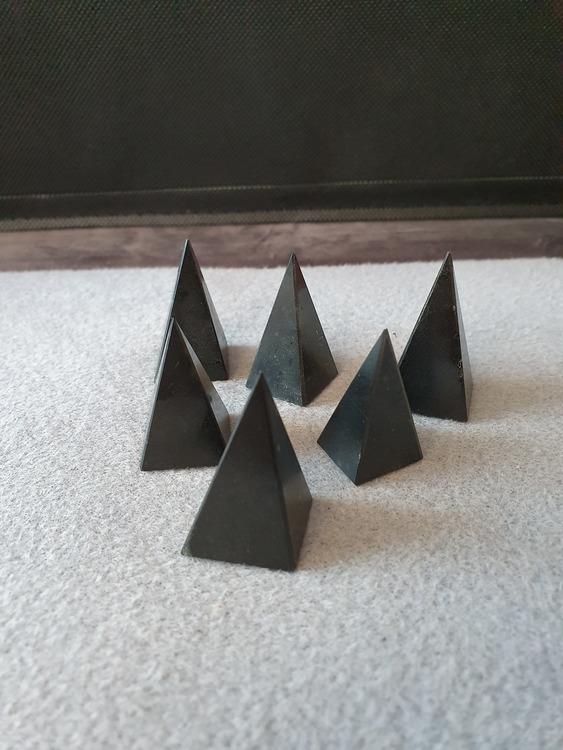 Svart turmalin pyramide
