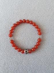 Rød agat med charms i tibetansk sølv