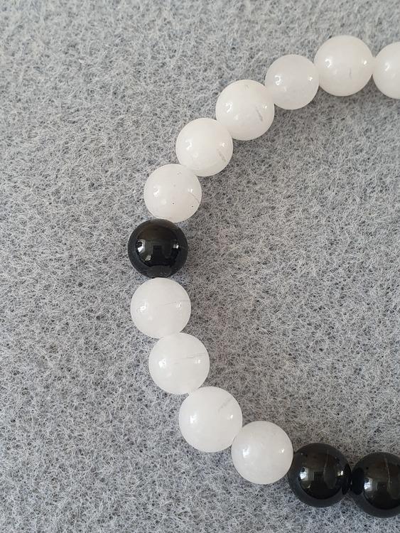 Hvit jade og svart turmalin