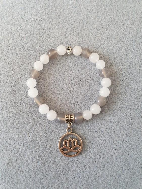 Hvit jade og grå agat med lotusblomst charms