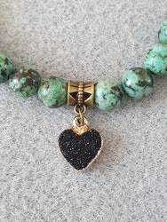 Afrikansk turkis med charms i tibetansk bronse og resin hjerte