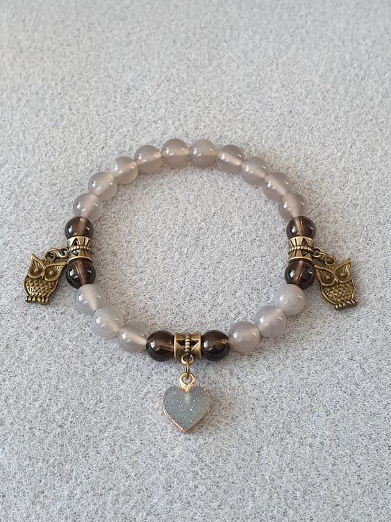Grå agat og røykkvarts med charms i tibetansk bronse og resin hjerte