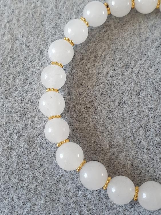 Hvit jade med gullforgylte spacers