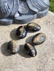 Gull obsidian med chakra symboler