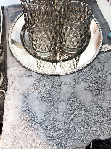 Linnelöpare spets Cemento ljusgrå