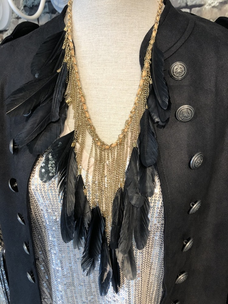 Pipols Drama Feather Necklace guld