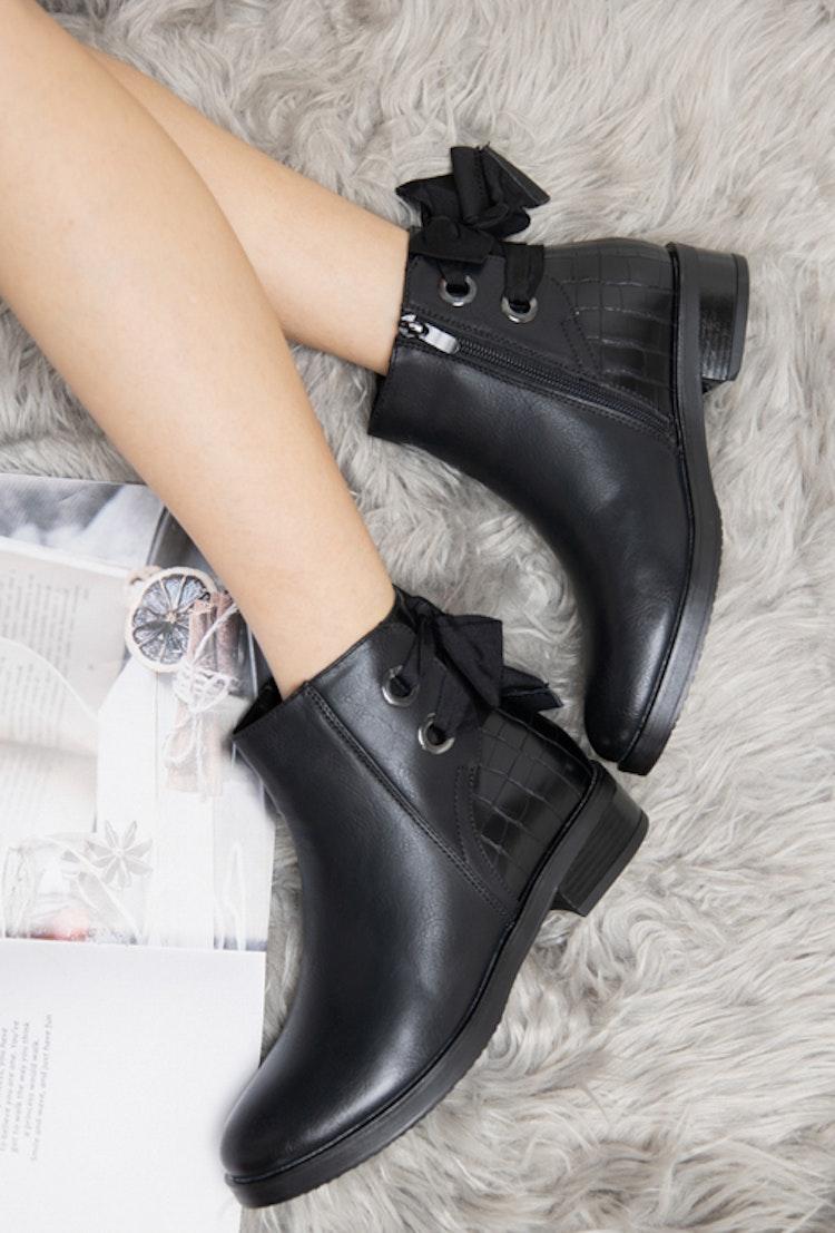 Boots svarta med rosett