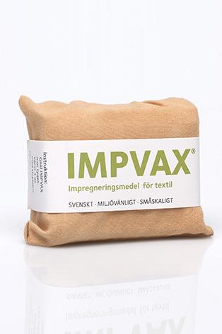 En kloss impregnering, som är inslagen i tyg och med ordet Impvax, står på ett bord