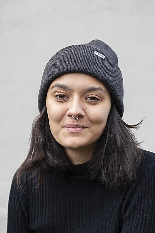En kvinna med en grå beanie