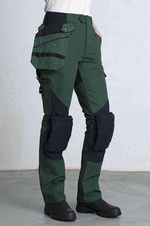 Ett par arbetsbyxor för kvinnor med funktioner som lösa fickor och avtagbara knäskydd.
