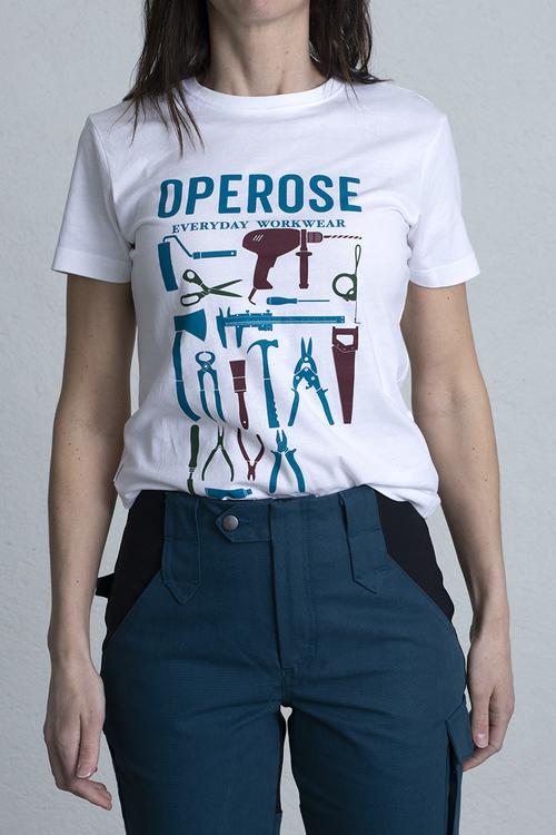 En kvinna visar upp sin ekologiska kortärmade tröja med tryck.