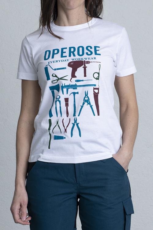 En tjej står med ena handen i fickan och har på sig en T-shirt som passar för arbetet.