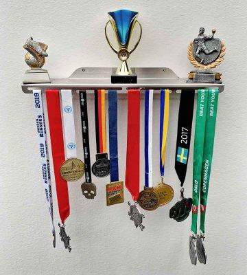 Pokalhylla m.plats för medaljer 50cm