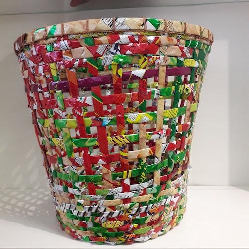 Papperskorg tillverkade av bambu och chipspåsar, från Bangladesh